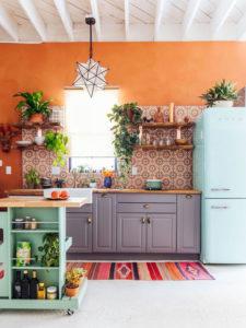 boje za zidove uz braon nameštaj - braon i narandzasta