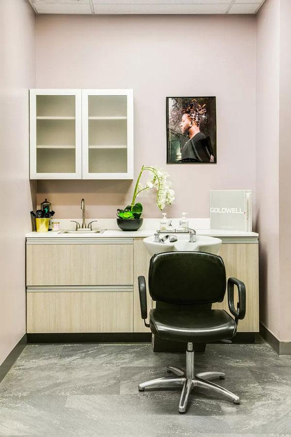 Soba u puderasto rozoj boji koja predstavlja jednu od najpopularnijih boja za zidove