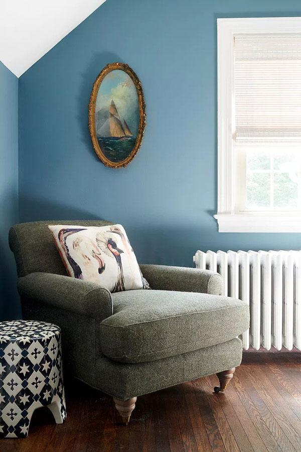 Soba u golublje plavoj boji koja predstavlja jednu od najpopularnijih boja za zidove